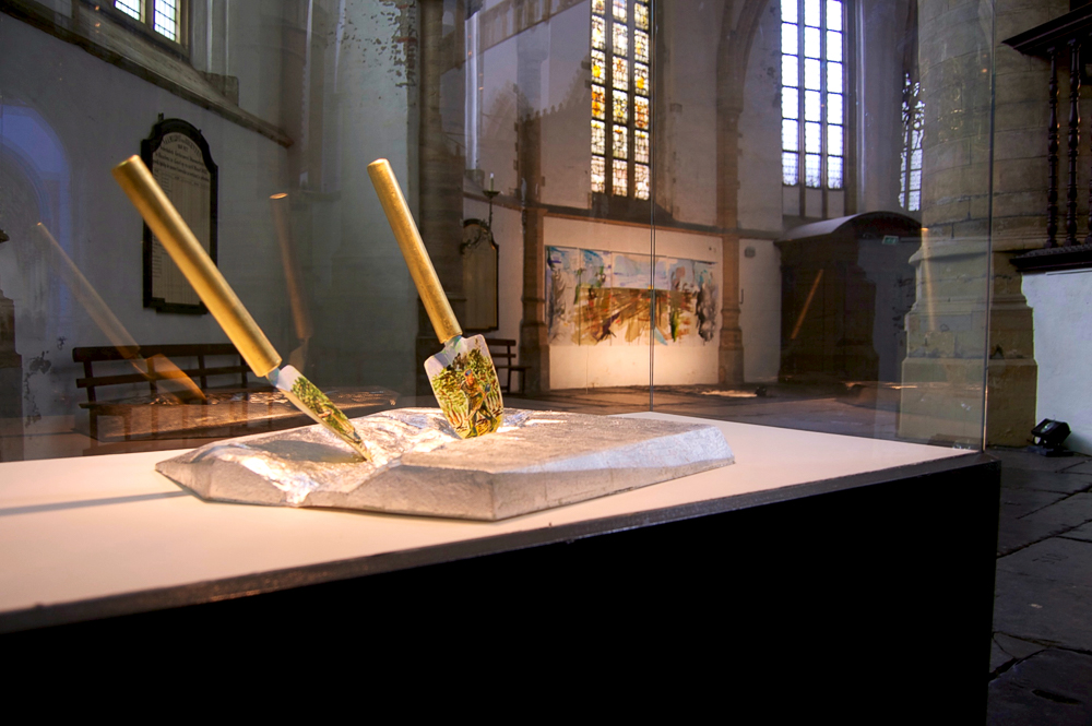 The Flaggalation/de geseling en Don't shoot the pianoplayer, Zaalbeeld tentoonstelling tijdens Fiat Lux, Kathedrale Sint Bavo/Vishal, Haarlem, 2013