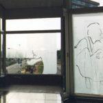 Der Tempo Mann, Installatie speciaal gemaakt voor het bruggebouw van het CBK te Emmen. Casseine op glas op 3 ramen