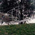 Er is ons eindelijk iets overkomen, Installation, acrylic on canvas, steel and sandbags 1994, beeldende kunstmanifestatie Doorbroken lijn, mei september 1994, Geniedijk, Haarlemmermeer
