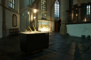 Don't Shoot the Pianoplayer, bladgoud, bladzilver, olieverf op metaal, hout, 2000/2013, tijdens tentoonstelling Fiat Lux, Kathedrale Sint Bavo/Vishal, Haarlem