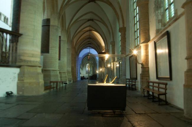 Don't Shoot the Pianoplayer, bladgoud, bladzilver, olieverf op metaal, hout, 2000/2013, tijdens tentoonstelling Fiat Lux, Kathedrale Sint Bavo/Vishal, Haarlem