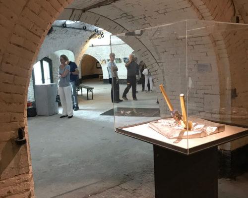 Don't Shoot the Pianoplayer, bladgoud, bladzilver, olieverf op metaal, hout, 2000/2013, tijdens tentoonstelling What iff, Fort bij Asperen, 2018