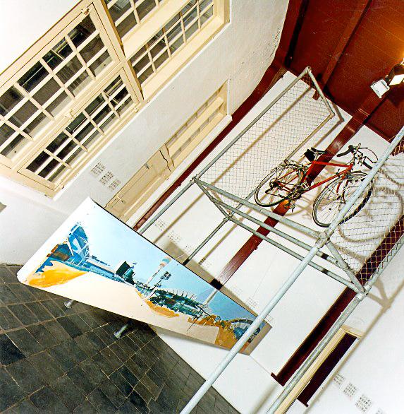 The Moment, geënsceneerde schildering, tekeningen, schilderijen, staal en objecten5 x 5 x 6 m, 1998 The Moment, Kunstcentrum De Twee Wezen, Enkhuizen